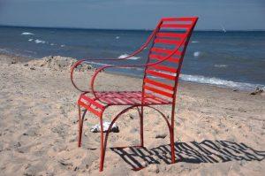 wetterfester, filigraner Gartensessel aus Edelstahl am Strand, hohe Stabilität handerarbeitet in hochglanzpoliert
