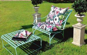 Schöner Biarritz Sonnentisch und Gartensessel, komfortabler, witterungsbeständiger und pulverbeschichteter Edelstahl von LaSedia mit üppigen Polstern