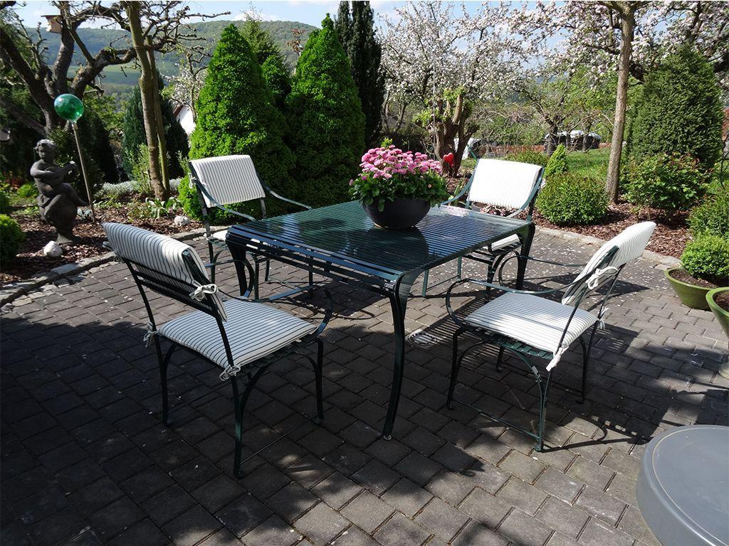 harmonische Komination von Gartentisch und Gartenstuhl aus Edelstahl im Garten