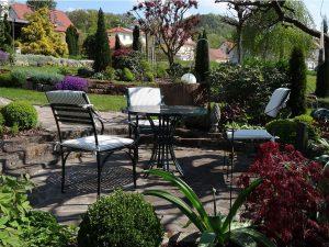 harmonische Kombination von Gartentisch und Gartenstuhl aus Edelstahl im Garten