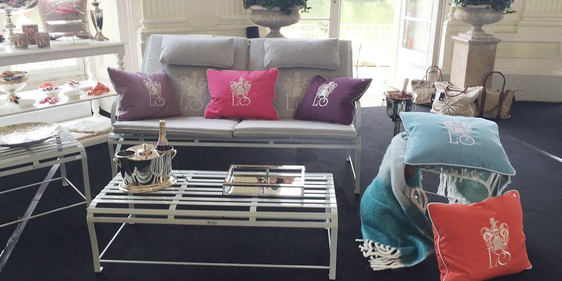 gastliche Loungemöbelgruppe aus hochwertigem Edelstahl mit üppigen Zierkissen