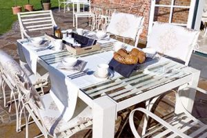 harmonischer Edelstahl Gartentisch Grand Plaza mit Gartenstuhl Cannes auf der Terrasse, pulverbeschichtet und wetterfest