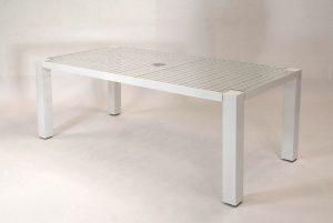 Wetterfester Edelstahl Gartentisch auch für Wohnbereich; quadratischen Edelstahl-Tischbeinen sind mit dem Edelstahl-Untergestell und Glasplatte verbunden