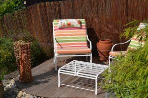 schöne Komination aus Gartensessel und Beistelltisch für den Garten aus Edelstahl mit wetterfesten Polstern