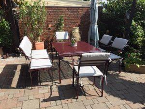 graziler, witterungsbeständiger Gartentisch und Gartenstuhl aus Edelstahl, pulverbeschichtet und das ganze Jahr über haltbar