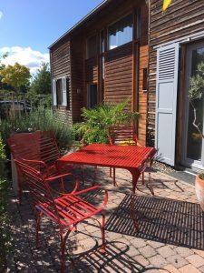 exklusiver Gartentisch und Gartenstuhl aus Edelstahl für das ganze Jahr