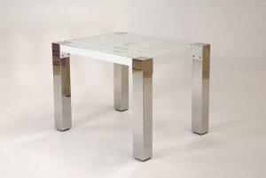 pulverbeschichteter Beistelltisch, mit quadratischen, markanten, glänzenden Edelstahl- Tischbeinen; transparente Glasplatte liegt auf dem Edelstahl- Untergestell
