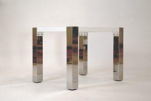 Beistelltisch Grand Plaza, mit quadratischen, markanten, glänzenden Edelstahl- Tischbeinen; transparente Glasplatte liegt auf dem Edelstahl- Untergestell
