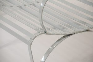 bequemes Loungesofa aus Edelstahl für Garten und Wohnbereich, witterungsbeständig und in Handarbeit gefertigt zur eleganten Optik, kombinierbar zur individuellen Loungegruppe